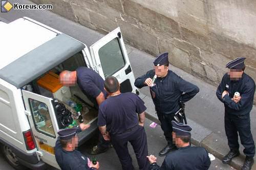 image voiture policier en service boient de la biere